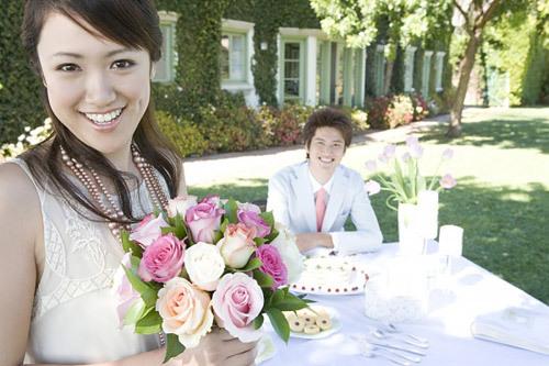 Cười vui và thoải mái tâm trạng để làm cô dâu xinh đẹp trong ngày cưới.