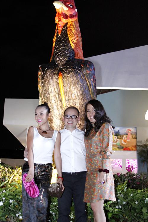 Đoan Trang tạo dáng dưới bức tượng Con Gà Trống.
