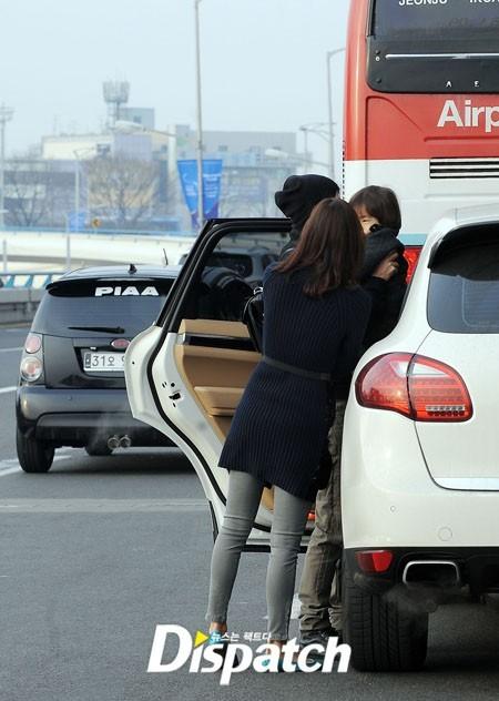 Trước khi vào sân bay làm thủ tục xuất cảnh, tài tử xứ Hàn bế quý tử ra và ôm, hôn cậu bé, tâm trạng dường như rất bịn rịn. Trong một lần phỏng vấn trước đây, Kwon Sang Woo từng tâm sự, điều làm anh