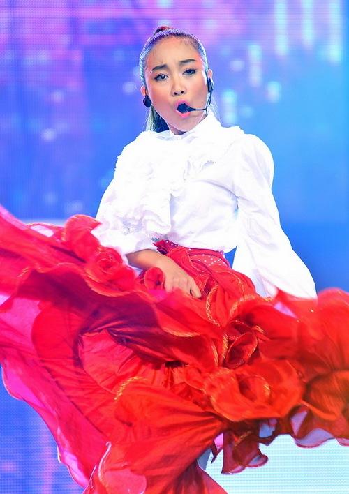 Đoan Trang luôn đầu tư cho tiết mục biểu diễn của mình để tăng thêm phần thu hút. Tối qua, cô trình diễn khả năng vũ đạo khi thể hiện hai bài hát Nữ thần và Ngày hồng.