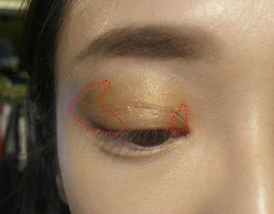 Tạo điểm nhấn cho đầu và đuôi mắt bằng phấn màu nâu