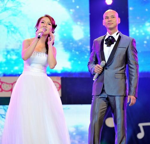 Vừa làm đám cưới chưa đầy hai tuần, nhưng Phan Đinh Tùng và Thái Ngọc Bích không đi hưởng tuần trăng mật như các cặp đôi khác. Bù lại, họ mải miết chạy show từ trước hôm diễn ra hôn lễ cho đến tận bây giờ. Tối 10/3, vợ chồng nam ca sĩ đầu trọc cùng xuất hiện trong chương trình Âm nhạc & Bước nhảy tại sân khấu Lan Anh (TP HCM) với màn song ca Ký ức anh và em.