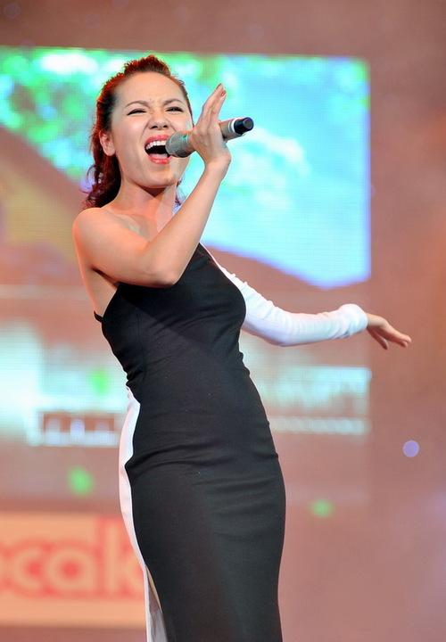 Phương Linh vẫn rất tự tin khi tham gia chương trình với bài hát Cám ơn anh, dù mấy ngày qua cô đang bị cộng đồng mạng bóng gió xa gần về một scandal mới diễn ra tại Đà Nẵng cách đây không lâu.