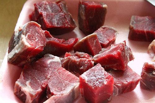 Thịt bắp bò thái miếng vừa ăn.