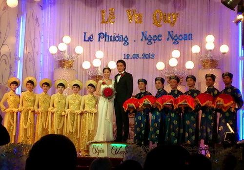 Lễ cưới của Lê Phương và Quách Ngọc Ngoan vừa diễn ra trưa nay tại nhà hàng Uyên Ương, thị xã Trà Vinh. Theo lời của ca sĩ Thanh Duy Idol  bạn thân của Lê Phương và cũng là khách mời của buổi tiệc  nghi thức đám cưới được bắt đầu đúng 11h30.