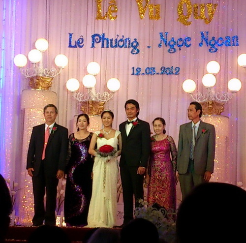 Không chỉ có sự tham dự của cha mẹ hai bên, mà rất đông bà con họ hàng của cả cô dâu lẫn chú rể có mặt để chúc mừng cho đôi uyên ương mới.