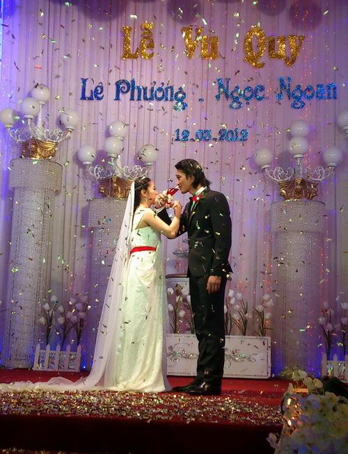 Tiệc cưới diễn ra nhanh gọn trong vòng một tiếng đồng hồ, với đủ các nghi lễ đám cưới truyền thống.