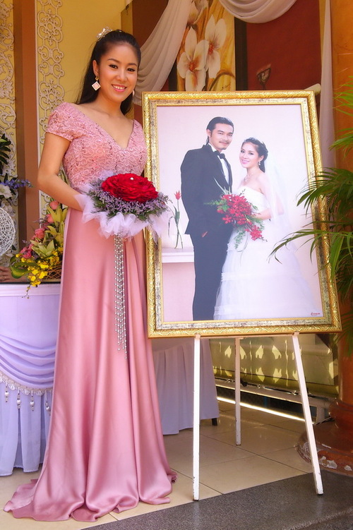 Lê Phương đứng tạo dáng bên ảnh cưới vừa được nhiếp ảnh gia Lý Võ Phú Hưng chuyển xuống tối qua.