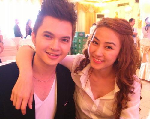 Ngân Khánh ăn mặc đơn giản đi dự tiệc cưới người bạn gái thân. Ngân Khánh và Lê Phương từng đóng chung với nhau một số bộ phim như: Tường vy cánh mỏng, Mây trắng ngang trời& rồi sau đó trở thành bạn bè của nhau.