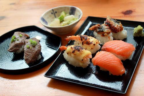 Các miếng sushi có giá 8.000 đồng.