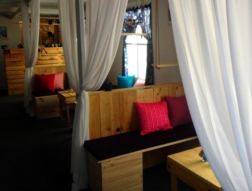 Toàn bô quán được trang trí hài hòa và rất lãng mạn.