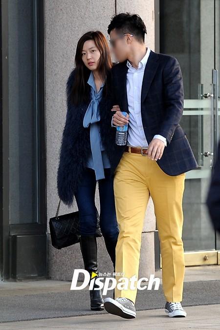 Chồng tương lai của Jeon Ji Hyun ăn mặc khá phong cách. Ảnh: Dis.