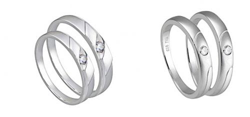 Nhẫn vàng trắng phổ biến hơn nên bạn có thể dễ dàng tìm thấy đôi nhẫn cưới vàng trắng tại những cửa hàng trang sức uy tín.