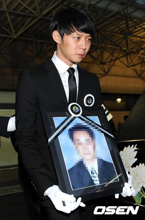 Nam ca sĩ Park Yoo Chun rơi nước mắt vì đau đớn trong tang lễ của cha. ảnh: