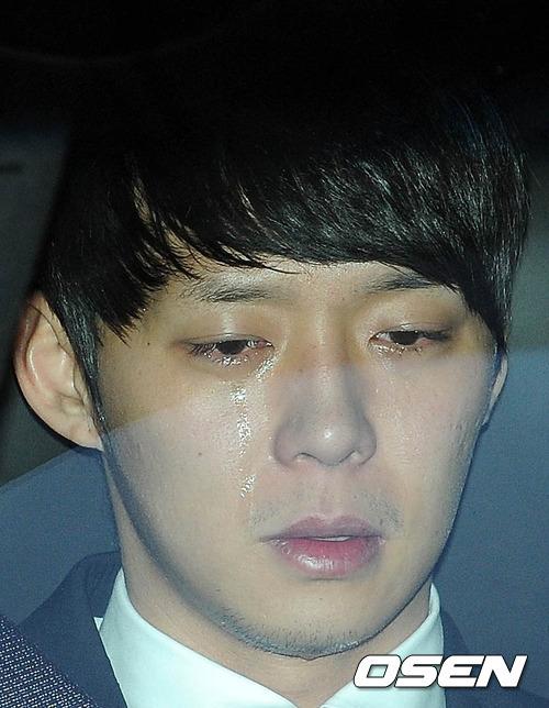 Nước mắt lăn dài trên mặt nam diễn viên, ca sĩ xứ Hàn. Ảnh: Osen.