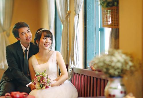 Cô dâu nên chọn váy có chất liệu thoáng, mát khi cưới vào mùa hè.