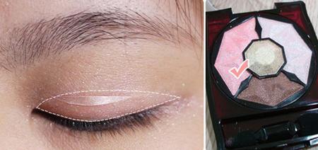Tán phấn màu hồng nhạt vào vùng da từ sát lông mi đến nếp gấp mí