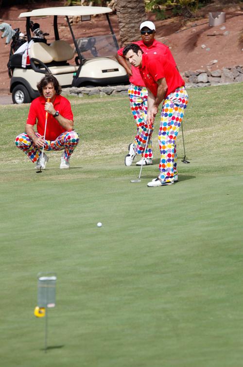 Không chỉ riêng Figo mà còn có hai tay golf khác diện trang phục giống hệt cựu danh thủ 39 tuổi, có lẽ họ cùng một đội.