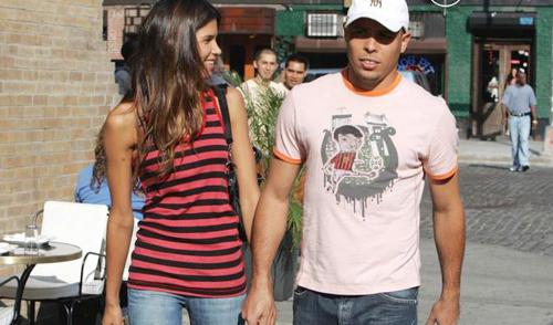 Chưa kịp buồn vì hôn nhân đổ vỡ, 'Người ngoài hành tinh' tay trong tay với siêu mẫu đồng hương Raica Oliviera.