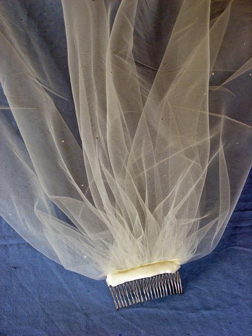 Xước nhựa có chiều dài 8cm, để gắn vào tóc cô dâu. Ảnh: WID.