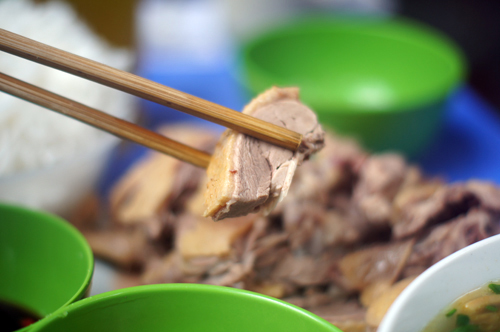 Nhiều người thòm thèm cái ngọt mềm mà giản dị của thịt ngan luộc sau những lần chè chén đầy dầu mỡ. Ảnh: Thanh Tùng.