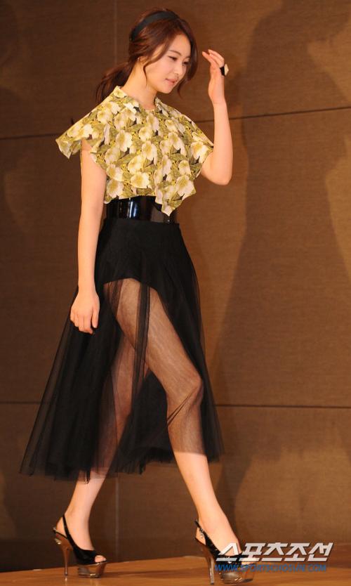 Trông cô đào khá hoàn hảo với bộ váy này, ngoại trừ một sự cố nho nhỏ...