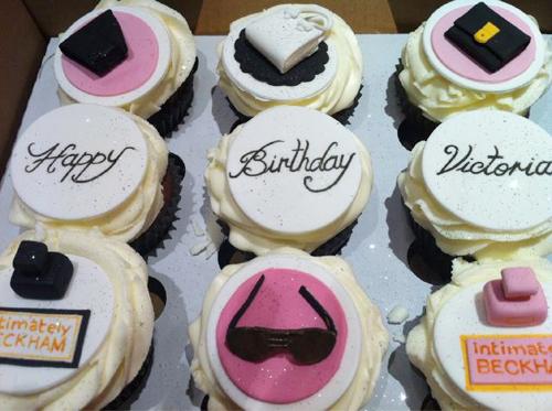 Nhân dịp sinh nhật lần thứ 37 của Vic vào tháng 4 năm ngoái, các fan thiết kế chiếc bánh độc đáo mô phỏng các bộ sưu tập túi xách, kính mắt, váy hay nước hoa của bà Becks.