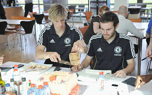 Torres vui vẻ chia sẻ bánh sinh nhật của mình cho đồng đội Juan Mata, trưa hôm qua.