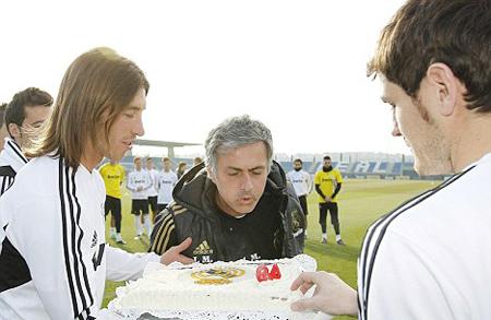 Cuối tháng 1 vừa qua, các cầu thủ Real gây bất ngờ cho ông thầy Mourinho với chiếc bánh kem mừng sinh nhật ngay trong một buổi tập.