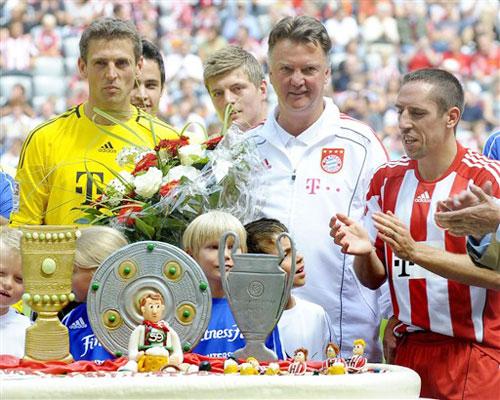 Trong sinh nhật lần thứ 59, HLV Luis Van Gaal được các học trò Bayern Munich tặng chiếc bánh ngọt lớn với hình ba chiếc Cup danh giá, Đĩa bạc Bundesliga, Cúp quốc gia Đức và Cup vô địch Champions League.