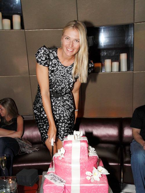 Bánh sinh nhật năm ngoái của Sharapova có hai màu hồng và trắng lãng mạn.