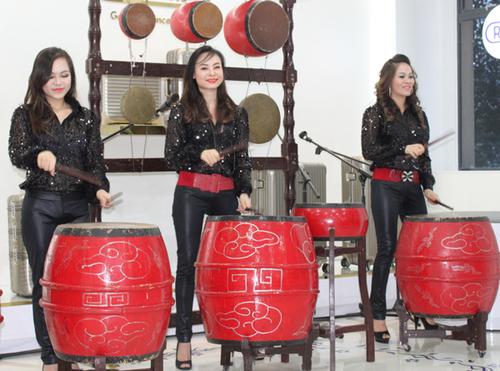 Nhóm Mặt Trời Đỏ tham gia biểu diễn trong chương trình.