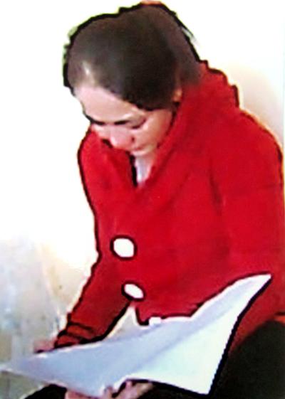 Bà Thúy Liễu khóc khi đọc lá đơn xin giảm án của con gái. Ảnh: VNE.