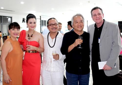 Vợ chồng Trần Mạnh Tuấn chụp ảnh cùng vợ chồng ca sĩ Trịnh Vĩnh Trinh và đại diện đơn vị tổ chức event (ngoài cùng bên phải).