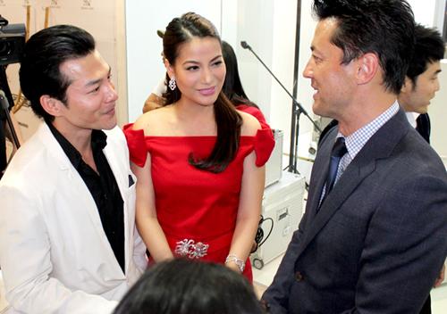 Hai vợ chồng 'cô Dần' vui vẻ trò chuyện cùng các khách mời.