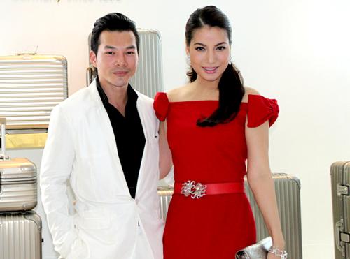 Diễn viên Trương Ngọc Ánh nổi bật với váy đỏ, sánh vai ông xã Trần Bảo Sơn.