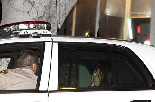 Người phụ nữ ném bột mì vào người Kim đã bị cảnh sát bắt giữ.