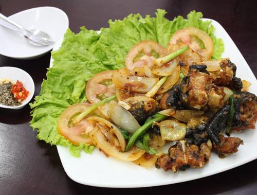 Ngoài ra bạn cũng có thể thưởng thức các món ăn khác ở đây với mức giá cực mềm. Trong ảnh là ếch chiên nước mắm được nhiều người ưa thích.