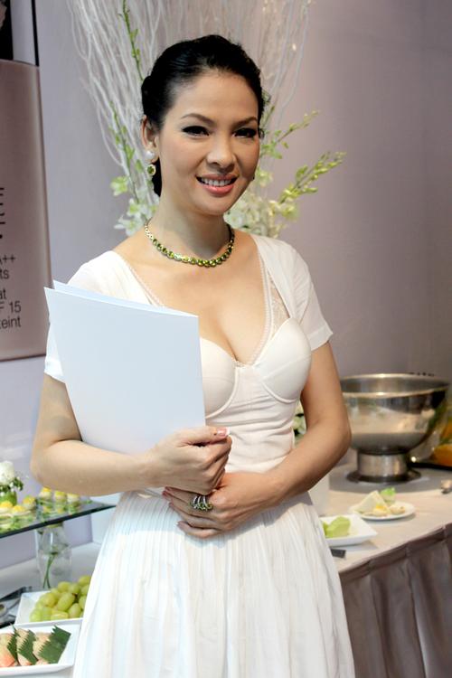 Thủy Hương diện váy trắng trẻ trung