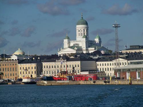 Nhiều công trình quan trọng của Helsinki đều nằm ven biển. Nhà thờ lớn nằm ở trung tâm Helsinki (Lutheran), được xây dựng từ thế kỷ 19. Nơi đây vẫn thường diễn ra các sự kiện văn hóa trong các dịp đặc biệt trong năm, thu hút sự chú ý của mọi người.