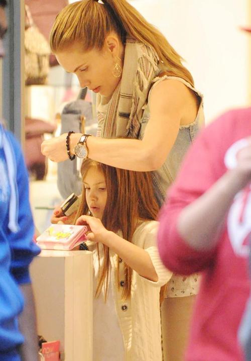 Cựu người mẫu Thụy Điển và hai con có một ngày thỏa thích đi mua sắm.