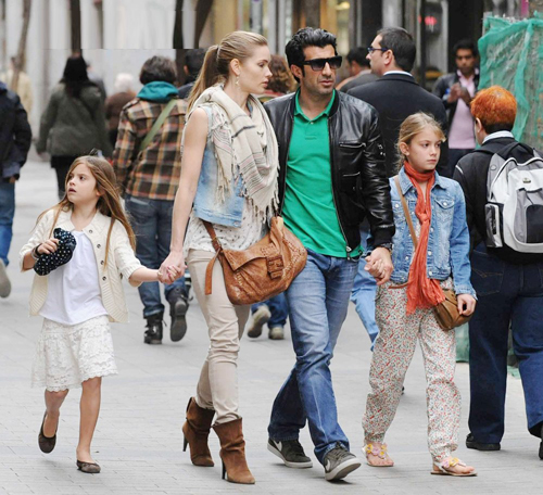 Nhân một ngày đẹp trời, Luis Figo đóng vai vệ sĩ, tháp tùng vợ con đi mua sắm.