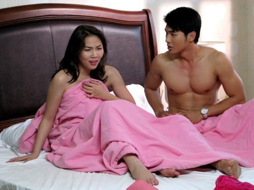 Cảnh nóng của Quỳnh Thư và Nam Thành trong phim 'Một nửa yêu thương'.