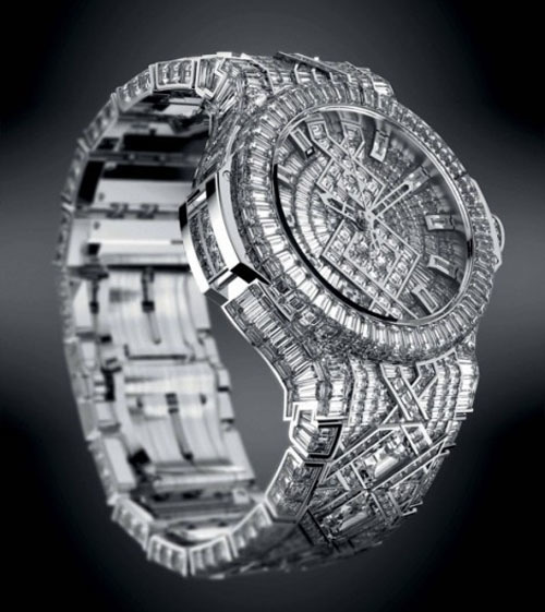 Đường viền tròn trên mặt đồng hồ được trang trí 179 viên kim cương