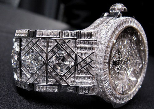 Phần dây đeo của Big Bang có 782 viên kim cương và ngọc lục bảo