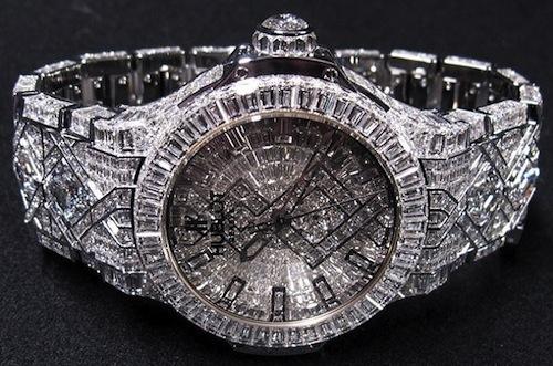 Sản phẩm này có tổng cộng là 1282 viên kim cương.