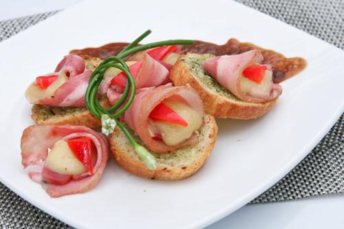 Thức ăn của quán cũng rất phong phú và ngon miệng. Trong ảnh là món bánh mì nướng Mozzarella.