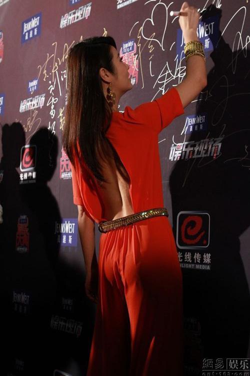 Nữ diễn viên khoe lưng trần trong chiếc váy gợi cảm.