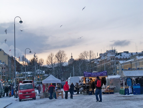 Buổi chợ chiều trên bến cảng Helsinki.Tại đây mọi người có thể mua cá, hải sản và một số đồ ăn khác hay là đồ lưu niệm.