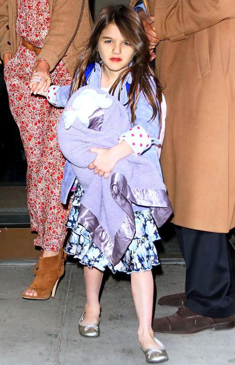 Vào buổi chiều Suri được mẹ Katie Holmes đưa đi chơi.